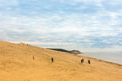 La gente che visita il più alta duna di sabbia di Pyla in Europa Fotografie Stock