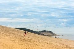 La gente che visita il più alta duna di sabbia di Pyla in Europa Fotografia Stock Libera da Diritti