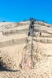 La gente che visita il più alta duna di sabbia di Pyla in Europa Immagine Stock Libera da Diritti