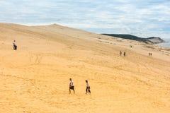 La gente che visita il più alta duna di sabbia di Pyla in Europa Immagini Stock