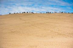 La gente che visita il più alta duna di sabbia in duna di Europa di Pyla Fotografia Stock