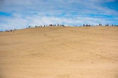 La gente che visita il più alta duna di sabbia in duna di Europa di Pyla Immagine Stock
