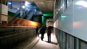 La gente che visita la stazione della metropolitana di Favorit dalla quinta linea di Bucarest archivi video