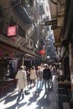 La gente che visita le barre in un laneway Fotografia Stock