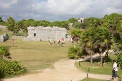 La gente che visita le rovine maya in Tulum Immagine Stock Libera da Diritti