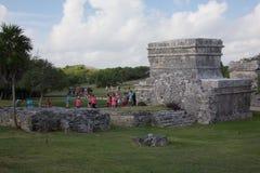 La gente che visita le rovine maya in Tulum Fotografia Stock