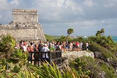 La gente che visita le rovine maya in Tulum Fotografie Stock