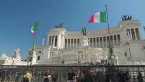 La gente che visita monumento nazionale a Victor Emmanuel II a Roma, Italia video d archivio