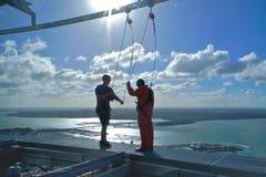 La gente in cielo che cammina al cielo si eleva, Auckland, Nuova Zelanda Immagini Stock Libere da Diritti