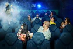 La gente in cinema 3D con il soldato Fotografia Stock