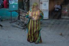 La gente in città di pietra su Zanzibar tanzania fotografie stock libere da diritti
