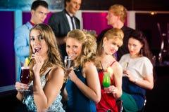 La gente in cocktail beventi della barra o del club Fotografie Stock