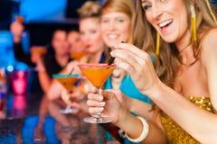 La gente in cocktail beventi della barra o del randello Immagini Stock Libere da Diritti