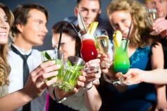 La gente in cocktail beventi della barra o del randello Fotografie Stock Libere da Diritti