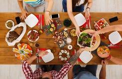 La gente come comidas sanas en el partido de cena servido de la tabla Fotos de archivo