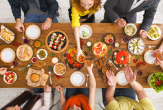 La gente come comidas sanas en el partido de cena servido de la tabla Foto de archivo