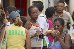 La gente come los alimentos de preparación rápida de la calle local en La Habana, Cuba Imagen de archivo