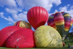 La gente comienza vuelo con los globos del aire caliente sobre la ciudad de Vilna, Lituania Foto de archivo libre de regalías
