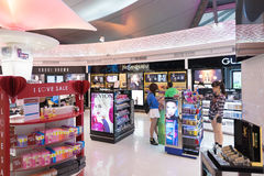 La gente compera ai boutique esenti da dazio dei cosmetici, Bangkok fotografie stock