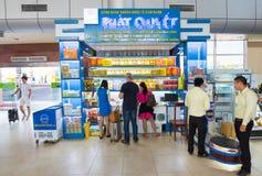 La gente compera all'aeroporto internazionale di Ranh della camma, Vietnam Fotografia Stock