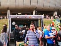La gente compra alimentos de preparación rápida en los camiones de la comida Fotos de archivo