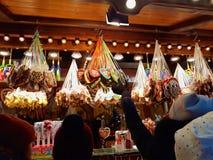La gente compra el pan de jengibre tradicional en el mercado de la Navidad Imagenes de archivo