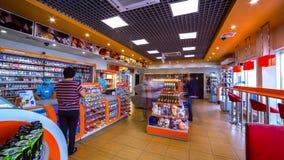 La gente compra en la tienda la gasolinera Gazpromneft en Kazajistán Timelapse almacen de video