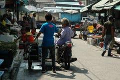 La gente compra y vende en el mercado fresco Imagen de archivo libre de regalías