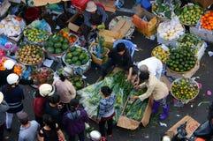 La gente compra y vende fruta en el LAT de market.DA, VIETNAM 8 de febrero de 2013 Fotos de archivo libres de regalías