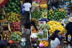 La gente compra y vende fruta en el LAT de market.DA, VIETNAM 8 de febrero de 2013 Fotografía de archivo
