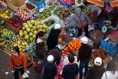 La gente compra y vende fruta en el mercado. LAT DE DA, VIETNAM 8 DE FEBRERO DE 2013 Fotografía de archivo libre de regalías