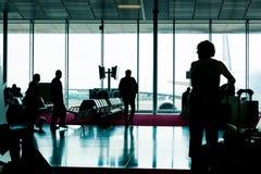 La gente con bagagli va alla registrazione Immagine Stock