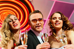 La gente con champagner in una barra Immagine Stock