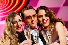 La gente con champagner in una barra Fotografia Stock Libera da Diritti