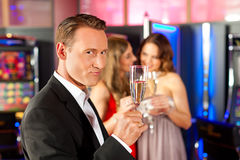 La gente con champagner in una barra Fotografia Stock