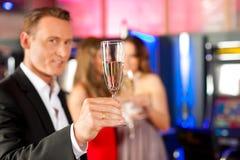La gente con champagner in una barra Immagini Stock