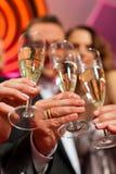 La gente con champagner in una barra Immagine Stock Libera da Diritti