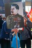 La gente con el retrato del líder de la URSS Joseph Stalin participa en la demostración del primero de mayo en Stalingrad Imagen de archivo libre de regalías