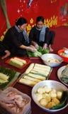 La gente con el vietnamita tradicional viste la fabricación del banhTet para Lun Foto de archivo libre de regalías