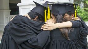 La gente con gli abiti neri abbraccia il collo nel raggruppamento Immagine Stock