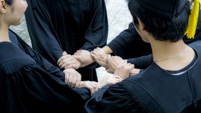 La gente con gli abiti neri unisce la mano nel ciclo del cerchio Fotografia Stock Libera da Diritti