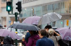 La gente con gli ombrelli fotografia stock libera da diritti