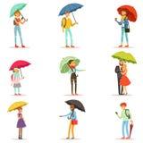 La gente con gli ombrelli L'uomo e la donna sorridenti che camminano nell'ambito dei caratteri variopinti dell'ombrello vector le illustrazione di stock