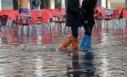 La gente con gli stivali ad alta marea a Venezia Fotografie Stock Libere da Diritti