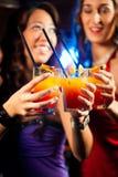 La gente con i cocktail in barra o in randello Fotografia Stock