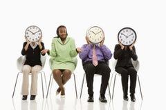 La gente con i fronti di orologio Fotografie Stock