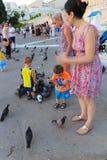 La gente con i piccioni fotografia stock