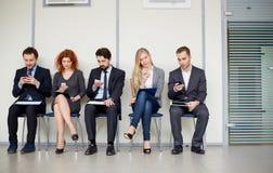 La gente con i telefoni cellulari Immagini Stock Libere da Diritti