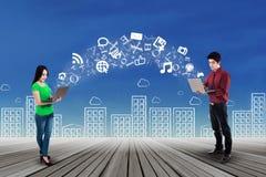La gente con il computer portatile che divide informazioni Immagine Stock