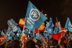 La gente con il conservatore e le bandiere nazionali che celebra i risultati elettorali generali a Madrid, Spagna Fotografia Stock
